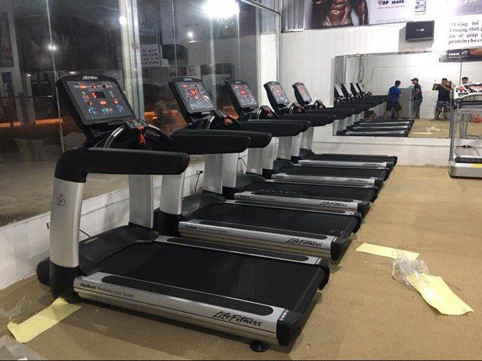 máy chạy bộ trong phòng tập