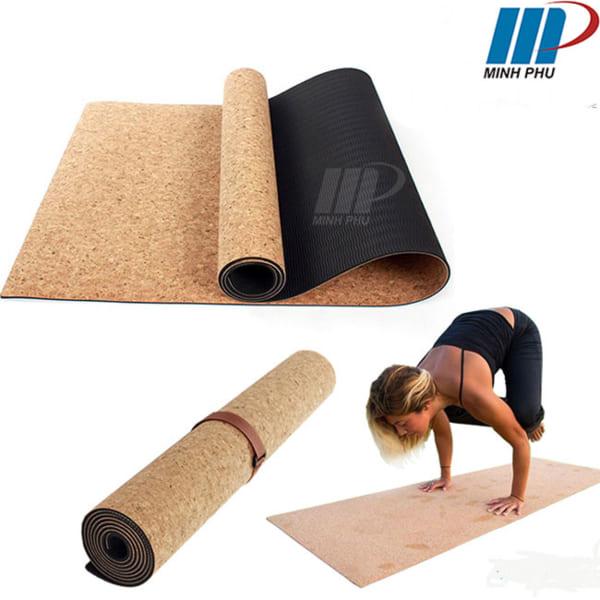 Thảm tập Cork Yoga Mat 4 ly chống khuẩn , kháng mùi hôi 1. Thông tin về Thảm tập Cork Yoga Mat 4 ly Sản xuất: Kitten Mat Màu sắc: Đỏ, đen, tím, xanh lam, xanh lá Kích thước thảm (DxR): 183 x 68 cm Chất liệu: Được làm từ cao su thiên nhiên, mặt thảm là Plyurethane hấp thụ mồ hôi độ bám hàng đầu. Vì thảm sinh thái không sử dụng hóa chất, làm được màu đỏ thiên nhiên rất khó. Nên thảm đỏ đắt hơn 100k. Thảm được tích hợp định tuyến chuẩn: Có kẻ các vị trí định tuyến chuẩn giúp bạn thực hiện chuẩn các động tác yoga, nhất là những người mới bắt đầu làm quen với môn Yoga. Khả năng chống bụi bẩn, nước, ẩm cực tốt. Bảo quản: Lau sạch bằng nước tẩy rửa nhẹ, đem treo trong bóng mát để khô, đừng để trực tiếp dưới ánh nắng mặt trời. 2. Hình ảnh Thảm tập Cork Yoga Mat 4 ly